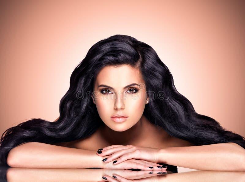 Портрет красивой индийской женщины с длинными волосами стоковое фото