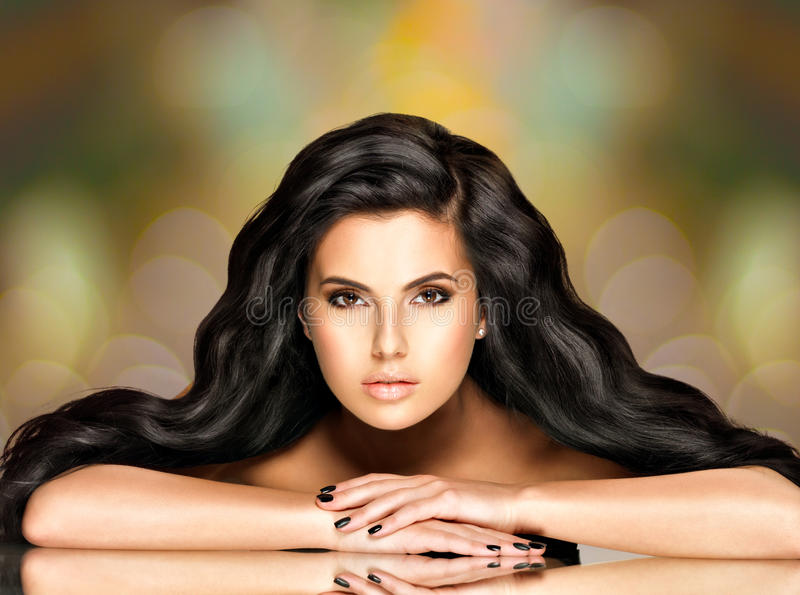 Портрет красивой индийской женщины с длинными волосами стоковое изображение