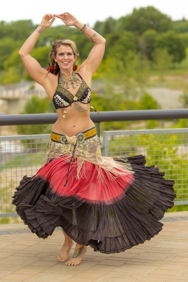 Портрет красивой исполнительницы танца живота стоковая фотография rf