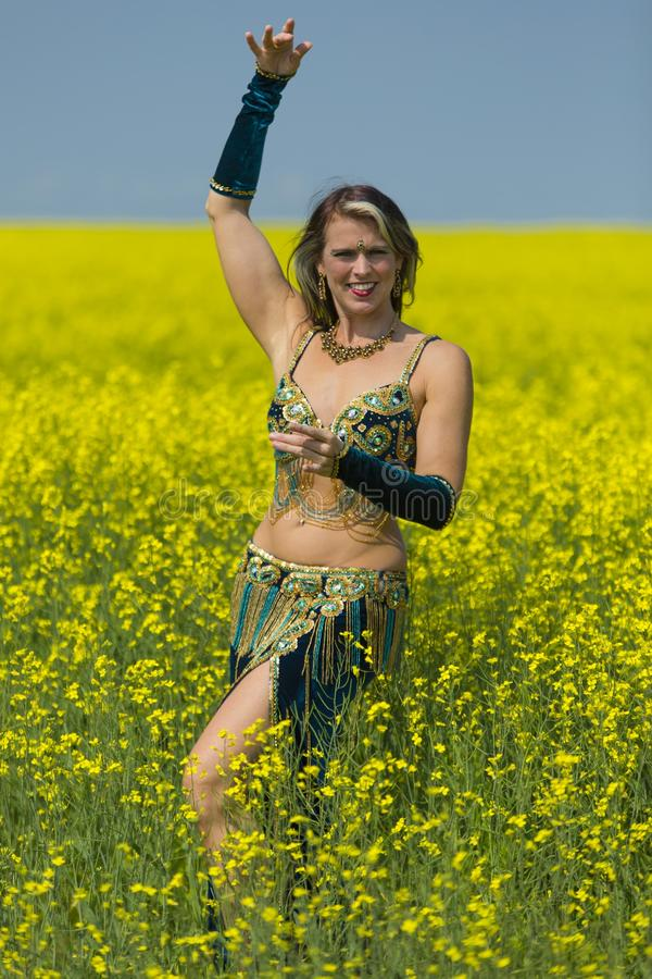 Портрет красивой исполнительницы танца живота стоковое изображение