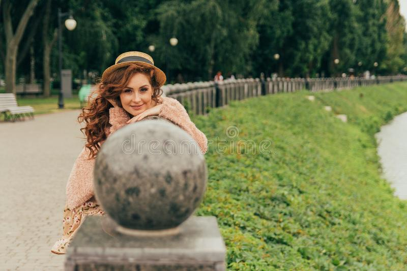 Портрет красивой и привлекательной девушки в парке, с хорошо выхоленными, красными волосами, уход за волосами, стоковые фотографии rf
