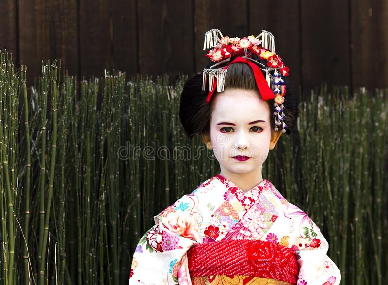 Портрет красивой маленькой девочки в платье кимоно Maiko стоковые изображения rf