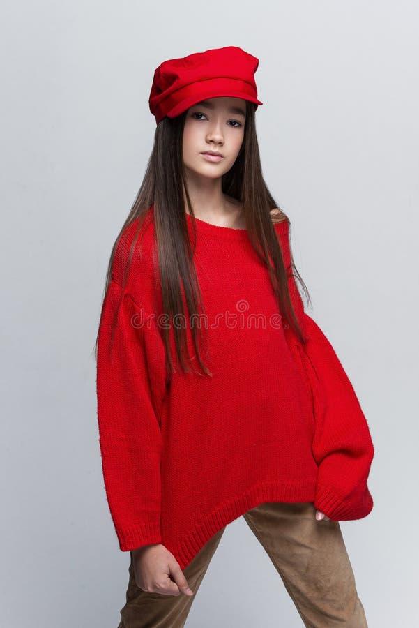 Портрет красивой маленькой девочки представляя в студии стоковое изображение