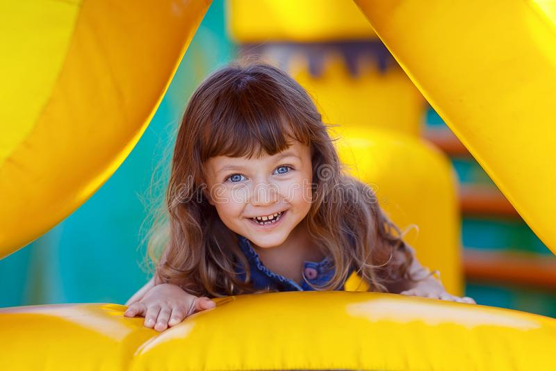 Портрет красивой маленькой девочки смотря камеру Конец-вверх стоковые изображения rf
