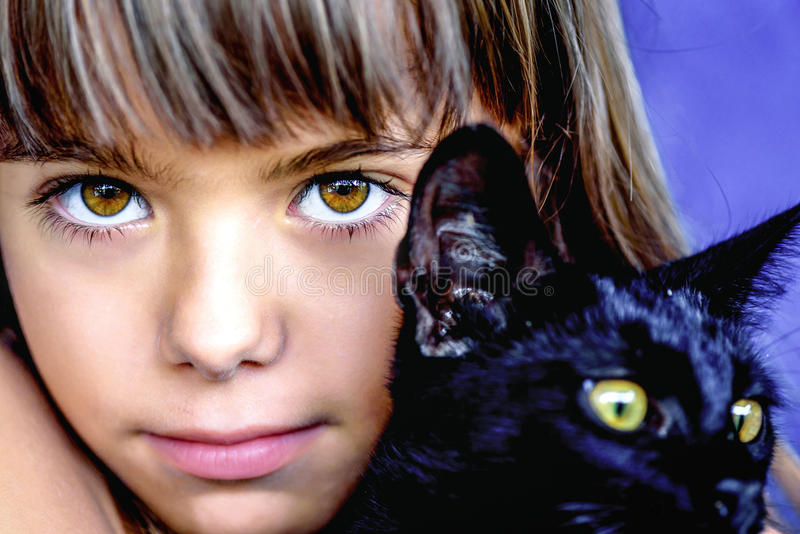 Портрет красивой маленькой девочки держа черного кота стоковая фотография rf