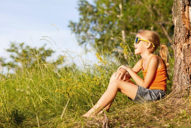 Портрет красивой маленькой девочки с wildflowers в парке стоковые изображения rf