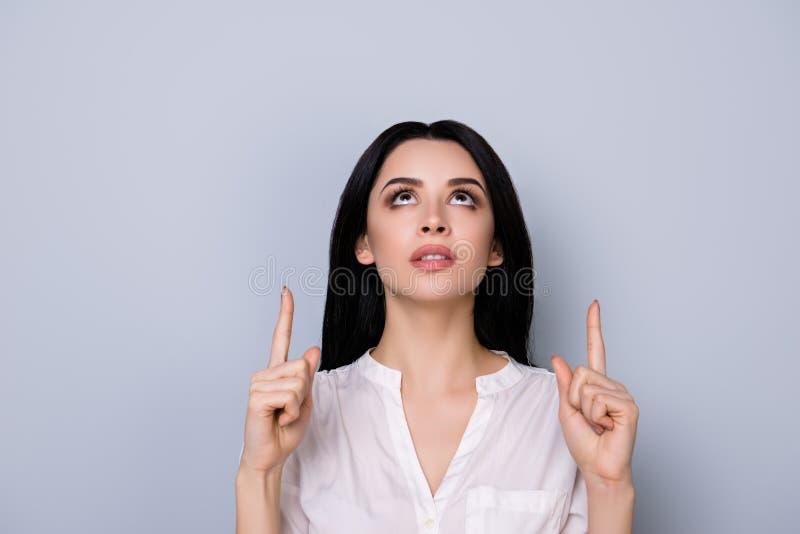 Портрет красивой милой молодой женщины с pointin черных волос стоковая фотография