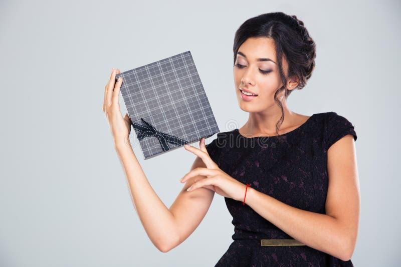 Портрет красивой милой женщины держа подарочную коробку стоковые фотографии rf