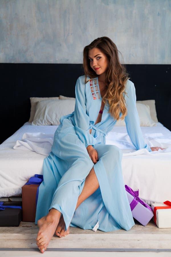 Портрет красивой модной женщины в женском белье в спальне стоковые фотографии rf