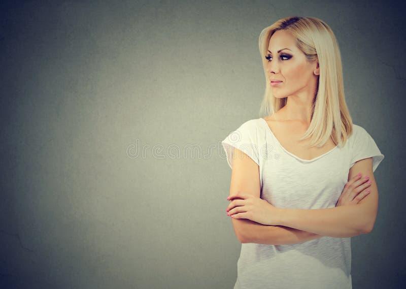 Портрет красивой молодой белокурой женщины смотря к стороне стоковая фотография rf