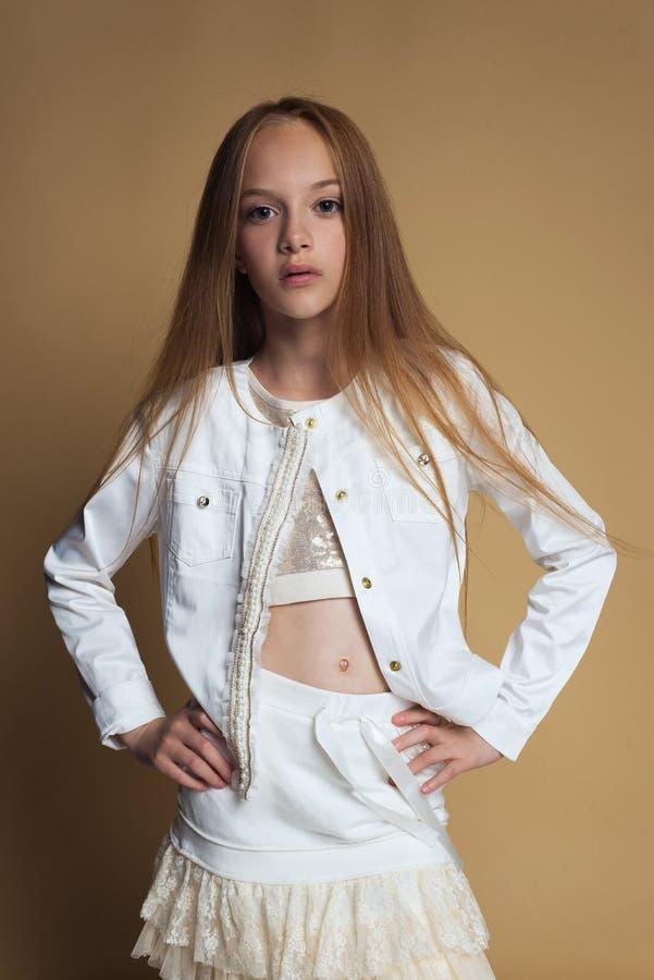 Портрет красивой молодой девушки redhead представляя в студии стоковое изображение