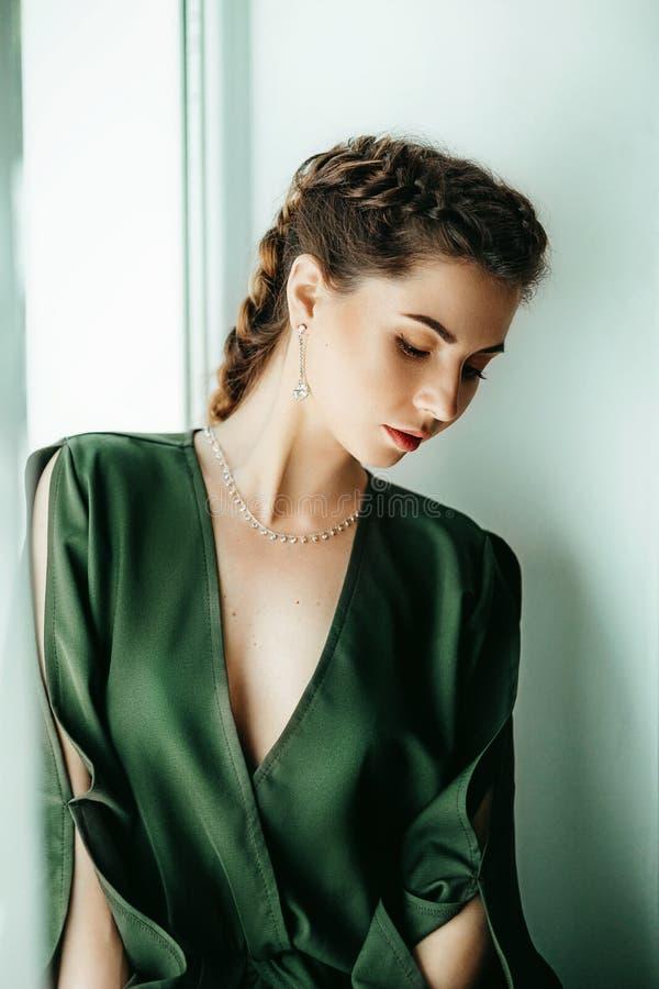 Портрет красивой молодой женщины брюнет с составом стоковая фотография rf