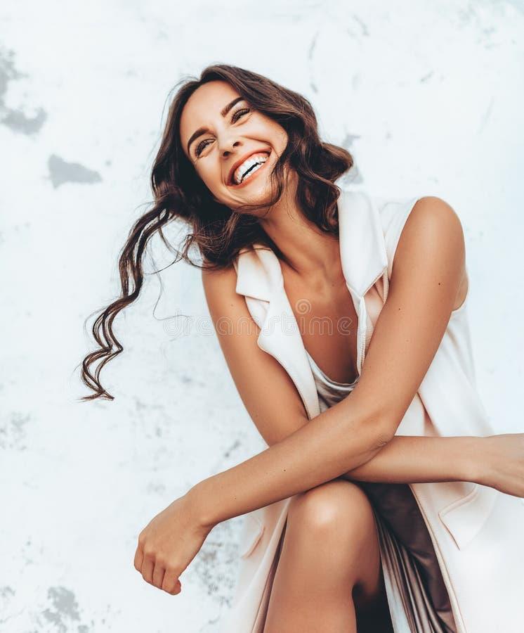 Портрет красивой молодой женщины брюнет с составом стоковые фотографии rf