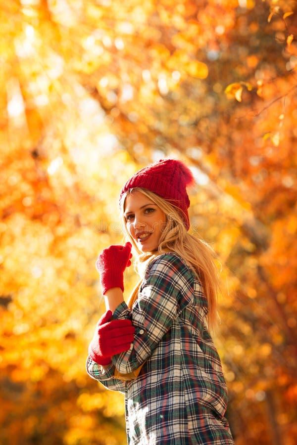 Портрет красивой молодой женщины в осени стоковые фото