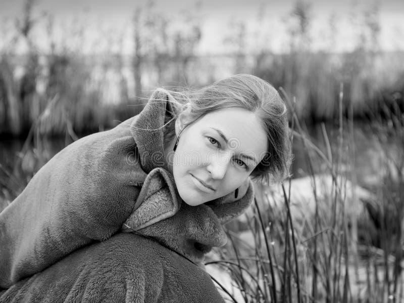 Портрет красивой молодой женщины на пляже стоковое фото