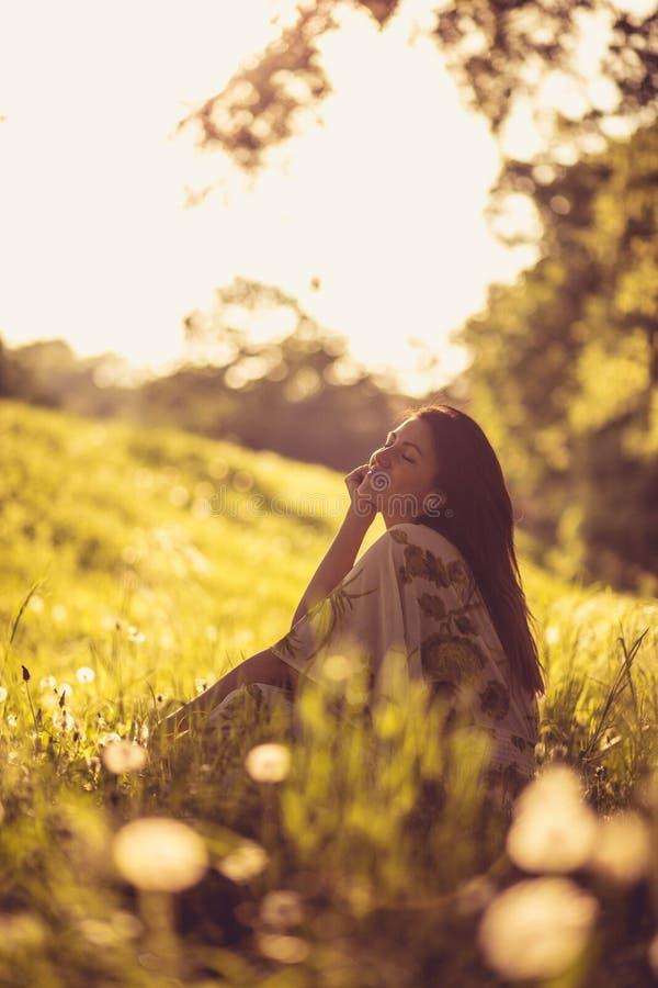 Портрет красивой молодой женщины на природе рокируйте cesky весну сезона krumlov наследия для того чтобы осмотреть мир стоковое фото