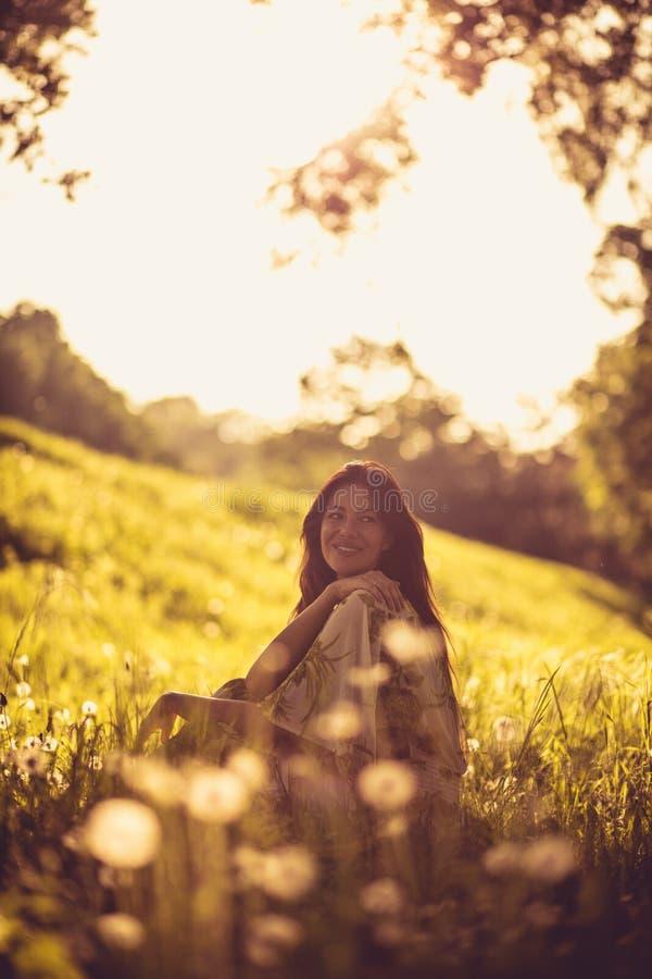 Портрет красивой молодой женщины на природе рокируйте cesky весну сезона krumlov наследия для того чтобы осмотреть мир стоковые фотографии rf