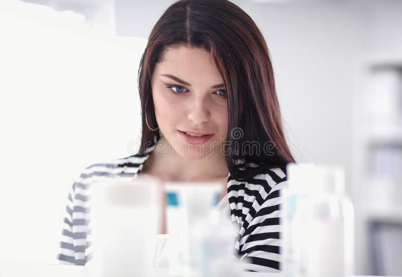Портрет красивой молодой женщины стоя в магазине стоковое изображение rf