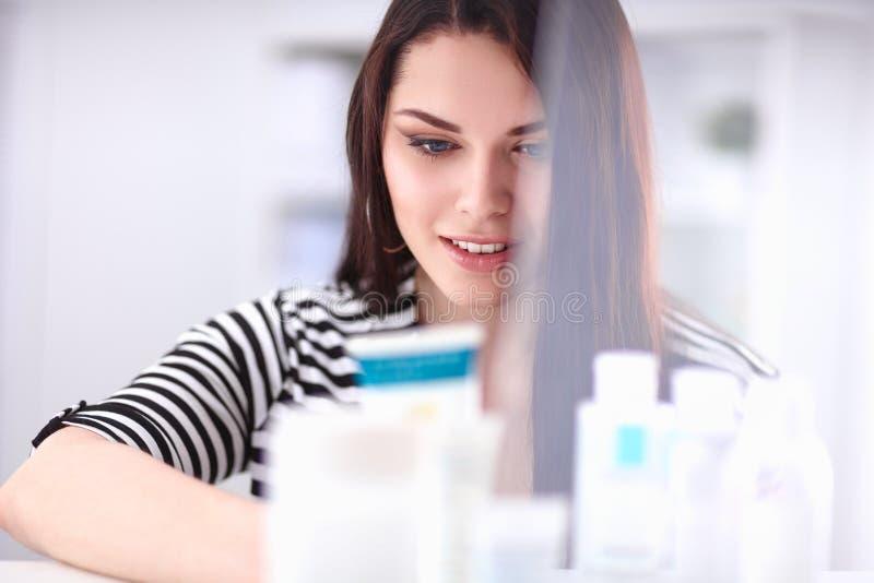 Портрет красивой молодой женщины стоя в магазине стоковое фото