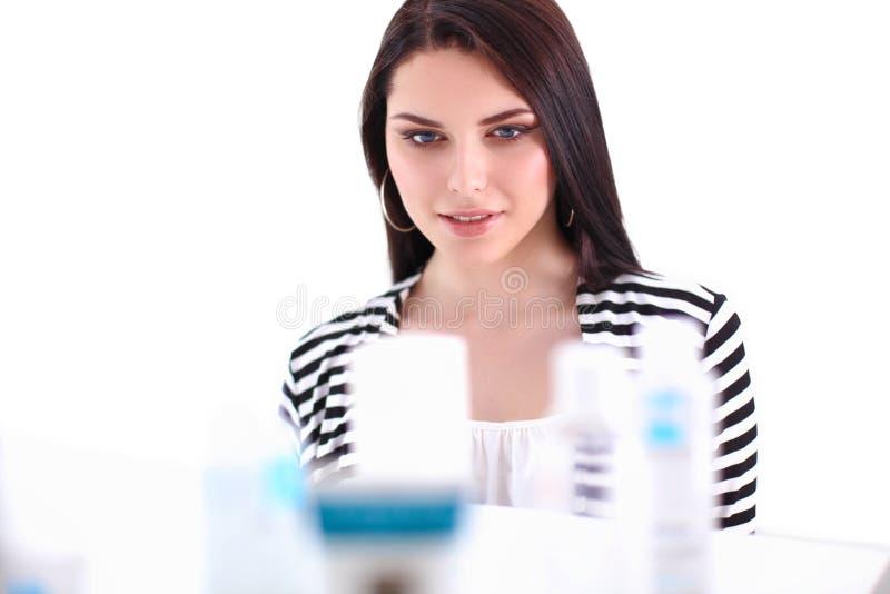 Портрет красивой молодой женщины стоя в магазине стоковые изображения rf