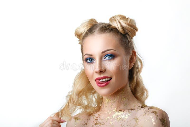 Портрет красивой молодой женщины с белыми волосами, с ярким макияжем, красивые глаза, на белой предпосылке стоковое изображение rf