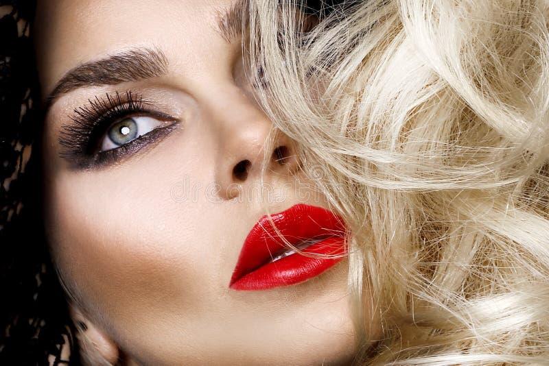 Портрет красивой молодой женщины с идеальным макияжем, красными губами и волосами красоты стоковое изображение rf