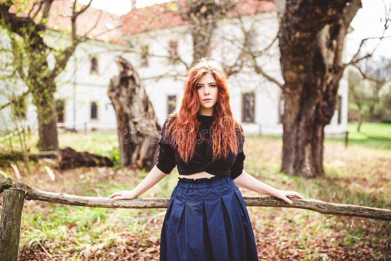 Портрет красивой молодой женщины redhead на открытом воздухе стоковая фотография rf