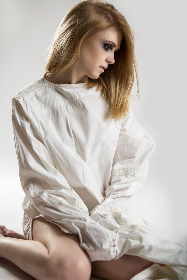 Портрет красивой молодой шальной женщины в смирительной рубашке стоковая фотография rf
