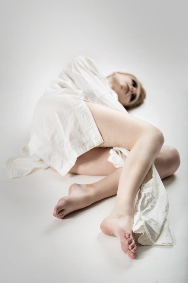 Портрет красивой молодой шальной женщины в смирительной рубашке стоковое фото