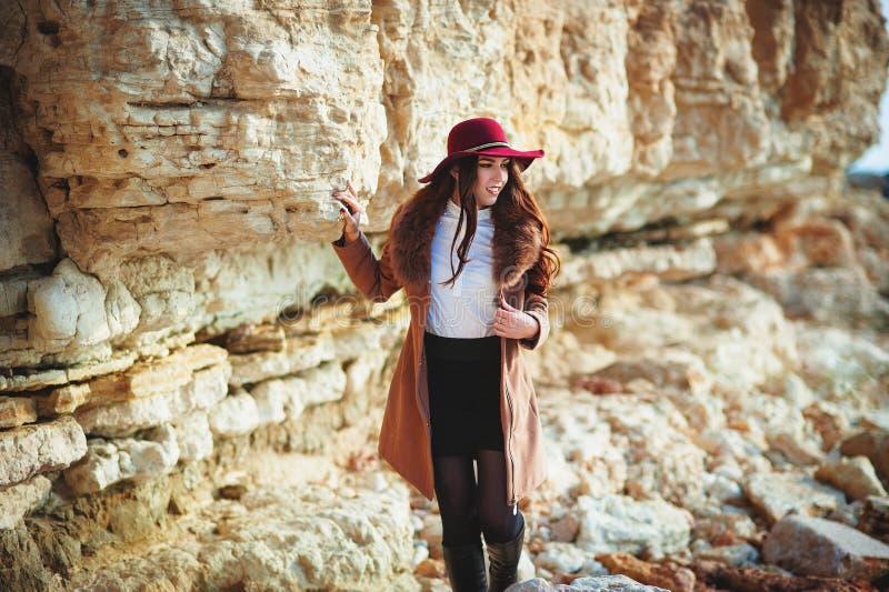 Портрет красивой модной девушки в шляпе внешней на солнечный весенний день стоковые фотографии rf
