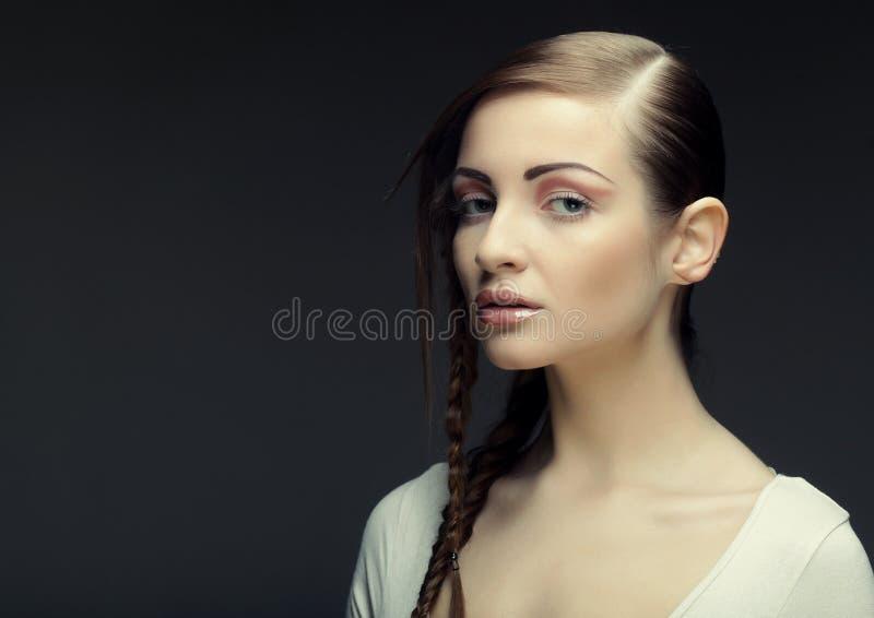 Портрет красивой молодой белокурой женщины с творческими оплетками ha стоковое изображение