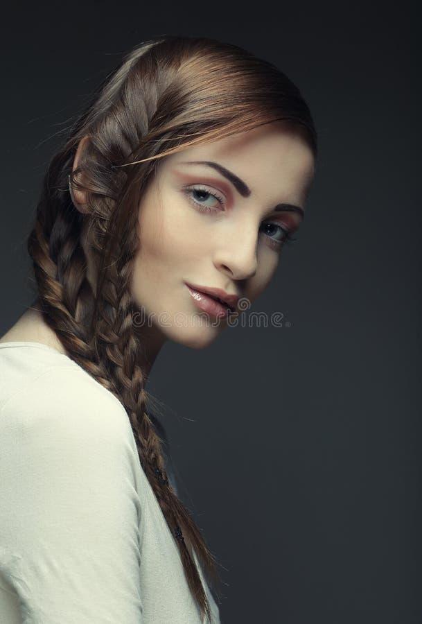 Портрет красивой молодой белокурой женщины с творческими оплетками ha стоковое фото rf