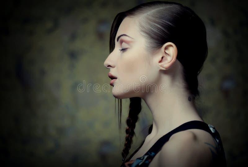 Портрет красивой молодой белокурой женщины с творческими оплетками ha стоковое изображение rf