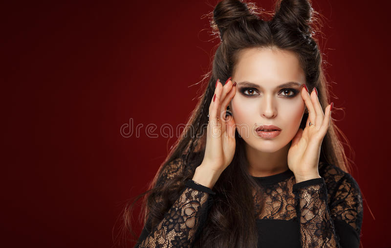 Портрет красивой молодой женщины брюнет с рожками на ее h стоковая фотография