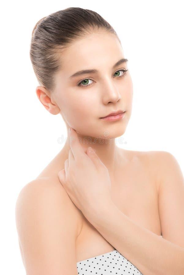 Портрет красивой молодой женщины брюнет с чистой стороной белизна изолированная веником стоковые изображения rf