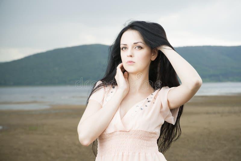 Download Портрет красивой молодой женщины в лете Стоковое Фото - изображение насчитывающей естественно, повелительница: 41662240