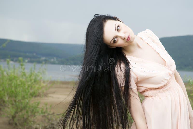 Download Портрет красивой молодой женщины в лете Стоковое Изображение - изображение насчитывающей coast, природа: 41662739