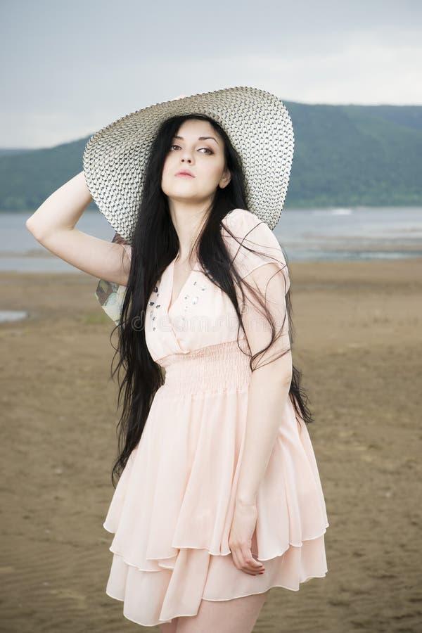 Download Портрет красивой молодой женщины в шляпе в лете Стоковое Фото - изображение насчитывающей способ, счастливо: 41662342