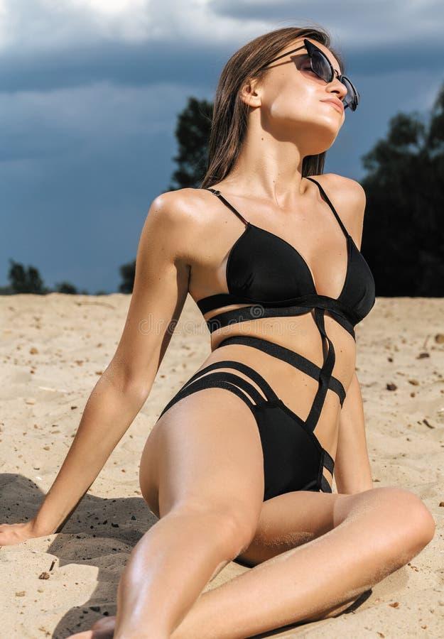 Портрет красивой молодой женщины на каникулах пляжа имея f стоковое фото