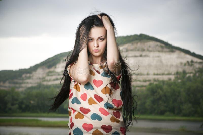 Download Портрет красивой молодой женщины на предпосылке холма Стоковое Изображение - изображение насчитывающей способ, естественно: 41662445
