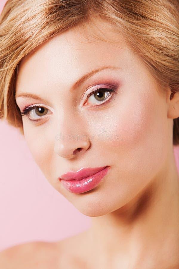 Download Портрет красивой молодой женщины при свежая чистая кожа смотря камеру Стоковое Фото - изображение насчитывающей мило, свеже: 40579036