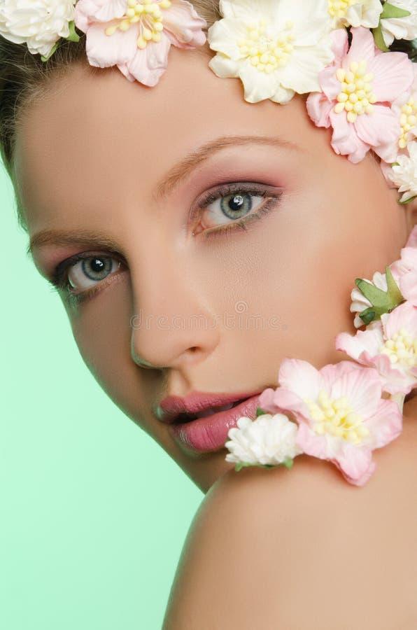Портрет красивой молодой женщины с цветками стоковая фотография