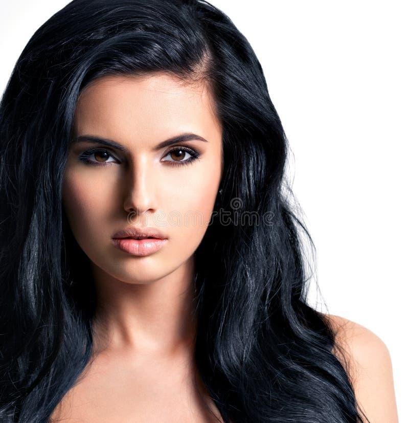 Портрет красивой молодой женщины с черными волосами стоковое фото