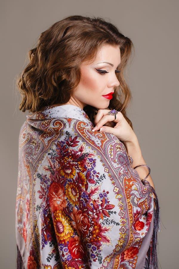 Портрет красивой молодой женщины с шарфом стоковое изображение rf
