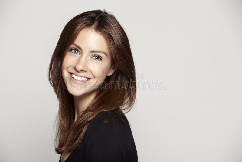 Портрет красивой молодой женщины, усмехаясь стоковые изображения rf