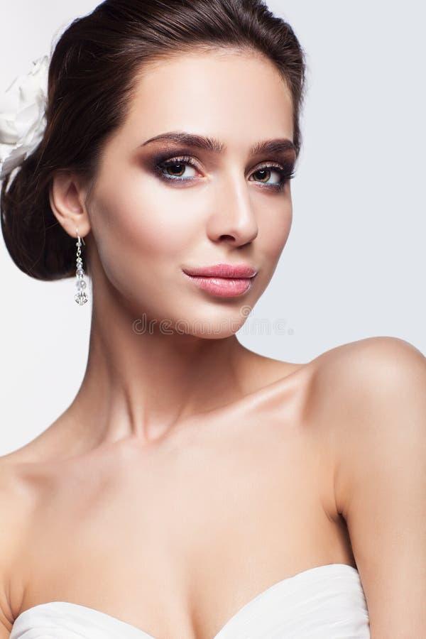Портрет красивой молодой невесты женщины брюнет в белом Weddin стоковое изображение rf