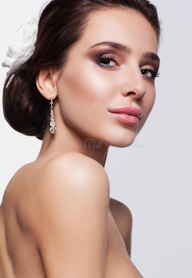Портрет красивой молодой невесты женщины брюнет стоковая фотография