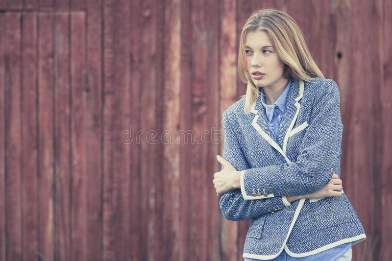 Портрет красивой молодой счастливой девушки outdoors стоковые фото