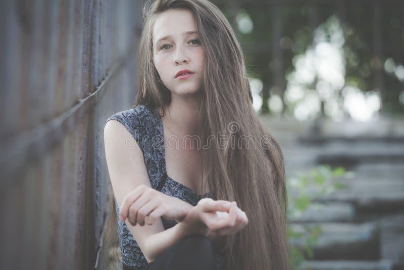 Портрет красивой молодой унылой девушки битника outdoors стоковая фотография rf