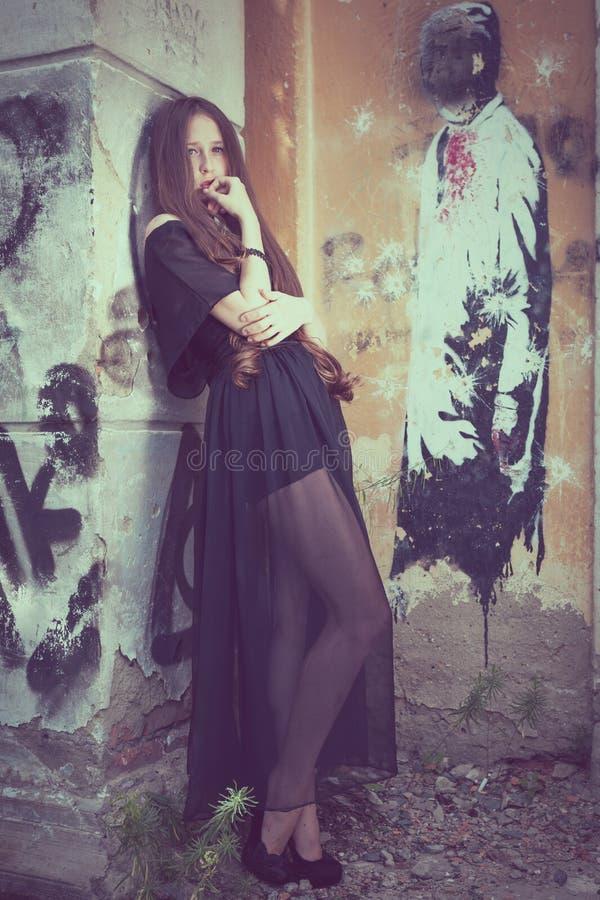 Портрет красивой молодой унылой девушки goth в покинутая старой стоковое фото rf